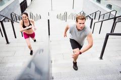 Человек и женщина бежать на лестницах Стоковая Фотография RF
