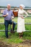 Человек и женщина беседуя и наслаждаясь молоко Стоковая Фотография