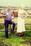 Человек и женщина беседуя и наслаждаясь молоко Стоковое Изображение RF