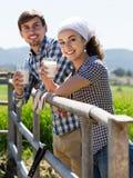 Человек и женщина беседуя и наслаждаясь молоко outdoors Стоковое Изображение RF
