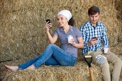 Человек и женщина беседуя и наслаждаясь парное молоко Стоковые Изображения