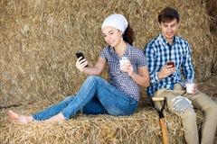 Человек и женщина беседуя и наслаждаясь парное молоко Стоковые Изображения RF