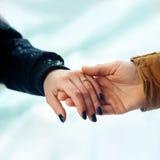 Человек и женщина включенные быть пожененным, и держат друг друга руки Стоковые Изображения