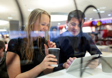 Человек и женщина во время перерыва на чашку кофе с пусковой площадкой Стоковые Изображения RF