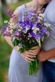 Человек и женщина встречают в парке с пуком цветков Стоковая Фотография