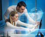 Человек и женщина в лаборатории стоковые фото