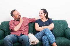 Человек и женщина в их доме ослабляя Стоковая Фотография