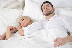 Человек и женщина в кровати Стоковые Изображения RF
