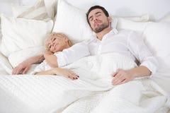 Человек и женщина в кровати Стоковые Фотографии RF