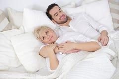 Человек и женщина в кровати Стоковое Фото