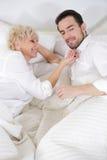 Человек и женщина в кровати Стоковое Изображение RF