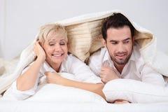 Человек и женщина в кровати Стоковое Изображение