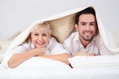 Человек и женщина в кровати Стоковая Фотография RF