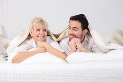 Человек и женщина в кровати Стоковые Изображения