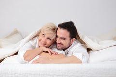 Человек и женщина в кровати Стоковые Фото