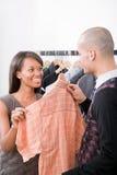 Человек и женщина в магазине одежды стоковые фото