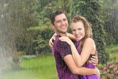Человек и женщина в дожде Стоковые Изображения