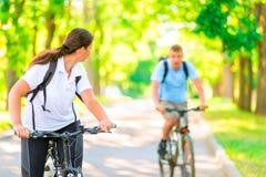 Человек и женщина в парке на велосипедах Стоковое Изображение RF