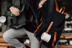 Человек и женщина в древесинах Человек и женщина с рюкзаками и кружками Вид кружек на рюкзаке Путешествие Лес Стоковое Изображение