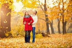 Человек и женщина в романс в парке Стоковое фото RF