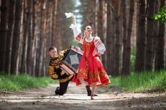 Человек и женщина в русских национальных одеждах Стоковая Фотография