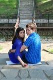 Человек и женщина в сини сидят на лестницах Стоковые Фотографии RF