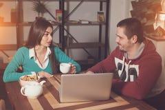 Человек и женщина говорят Стоковые Изображения