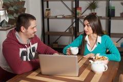 Человек и женщина говорят Стоковые Изображения RF