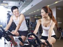 Человек и женщина говоря в спортзале Стоковые Фото