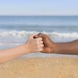 Человек и женщина держа каждую руку other's (символ влюбленности и разнообразия) Стоковые Изображения RF