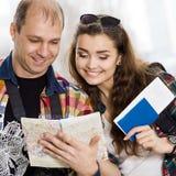 Человек и женщина держа пасспорт Посмотрите карту, направление исследования европейцы Собранный в экскурсии honeymoon Стоковое Фото