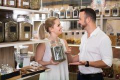 Человек и женщина держа стекло могут с высушенными травами Стоковое Фото