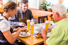 Человек и женщина есть в ресторане Стоковые Изображения