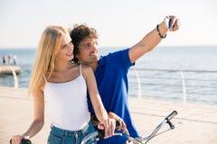 Человек и женщина делая фото selfie на smartphone Стоковое Изображение RF