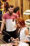 Человек и женщина играя рояль на магазине музыки Стоковая Фотография RF
