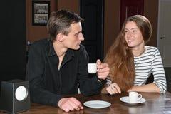 Человек и женщина имея кофе в кафе Стоковое Изображение RF