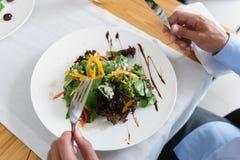 Человек и женщина имея обед на кафе Стоковые Изображения RF