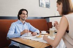 Человек и женщина имея обед на кафе Стоковое Фото