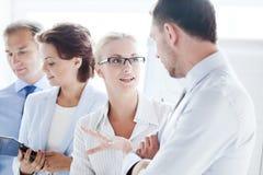 Человек и женщина имея обсуждение в офисе стоковое изображение