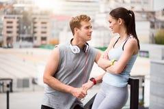 Человек и женщина имея переговор стоковые фотографии rf