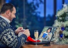 Человек и женщина имея потеху во время онлайн видео- болтовни Стоковое фото RF