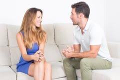 Человек и женщина имея полезного время работы совместно Стоковые Изображения