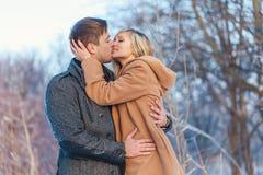 Человек и женщина идя в парк стоковое фото