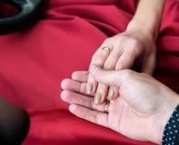 Человек и женщина как раз получили пожененными, счастливый Стоковые Изображения RF