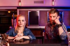 Человек и женщина куря электронную сигарету в баре vape Стоковые Изображения