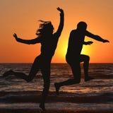 Человек и женщина наслаждаются праздником Стоковое Изображение RF