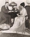 Человек и женщина наслаждаясь временем чая дома стоковые изображения rf