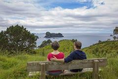 Человек и женщина наслаждаясь красивым видом на океан в Новой Зеландии Стоковые Изображения