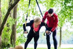 Человек и женщина на делать тренировки фитнеса нажим-поднимают стоковая фотография rf