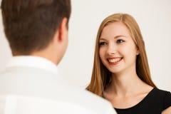 Человек и женщина на деловой встрече, сидя в офисе, диск Стоковые Фотографии RF